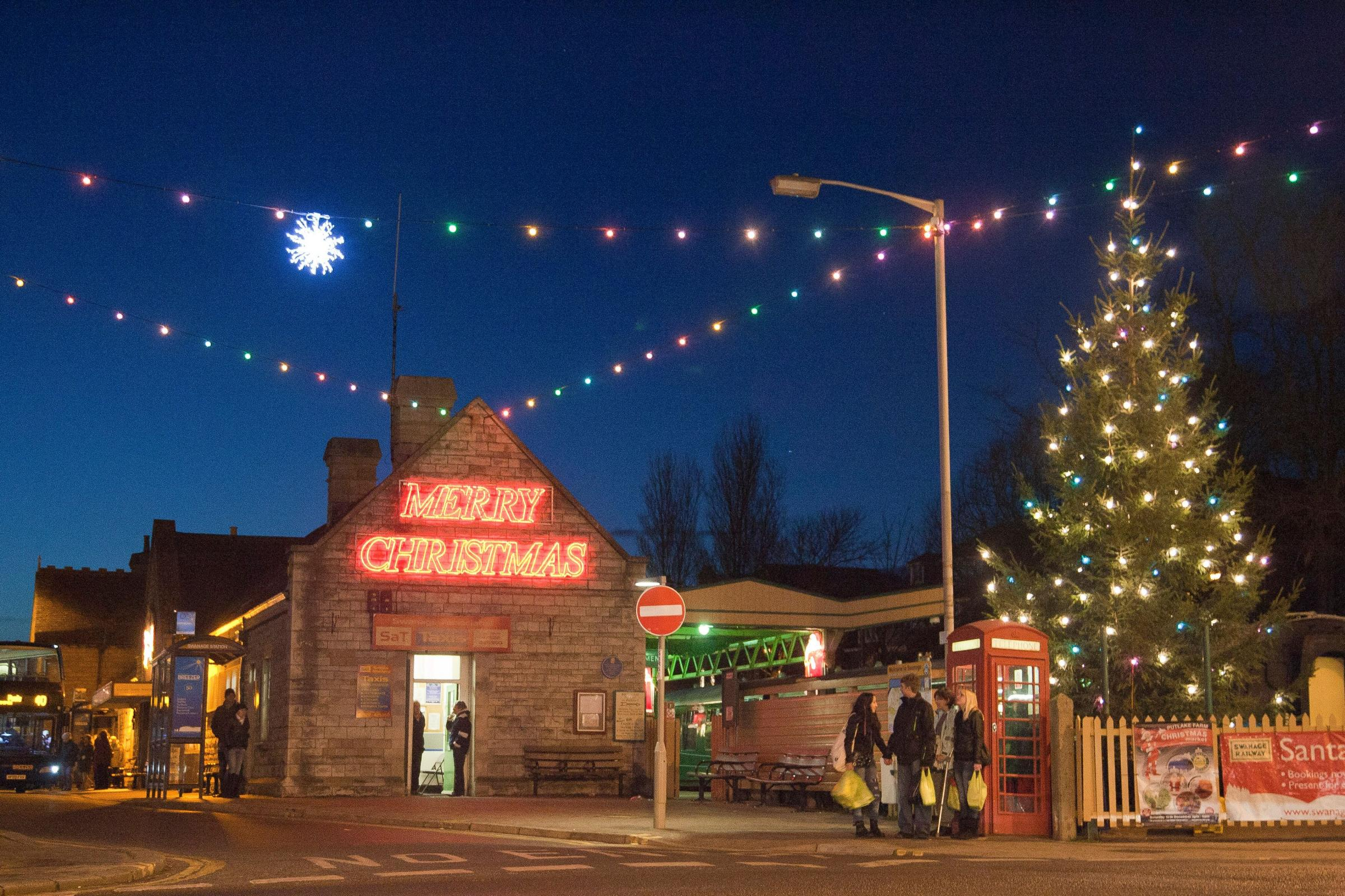 Swanage businesses to open later as part of Christmas lights switch ...